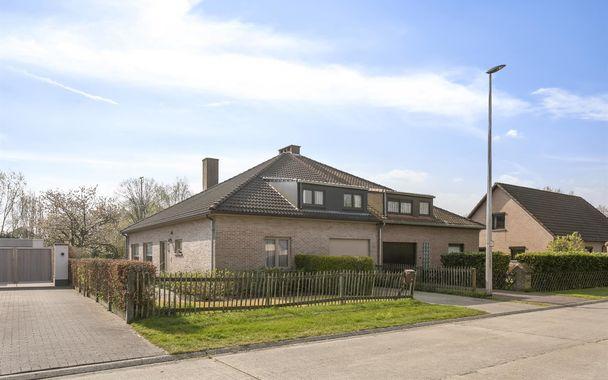 Deze gerieflijke koppelwoning ligt in een residentiële wijk die paalt aan de Golf in Drongen. Op een boogscheut van Gent, met het station, winkels en scholen in de buurt is dit de ideale uitvalsbasis.  De gezellige woning heeft op het gelijkvloers een in